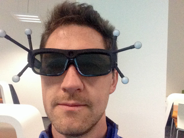3D glasses with tracking baubles